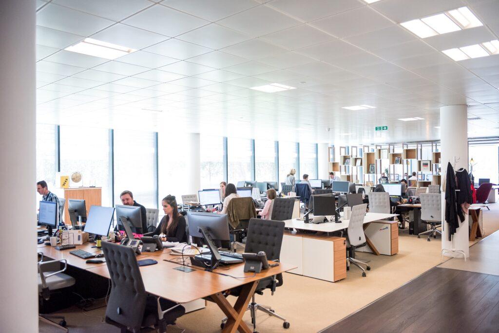 Espace bureau et employés qui travaillent