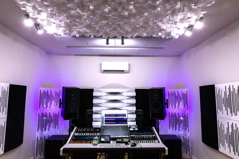 Panneaux acoustiques Multidifuser et Vicpattern dans une salle de son
