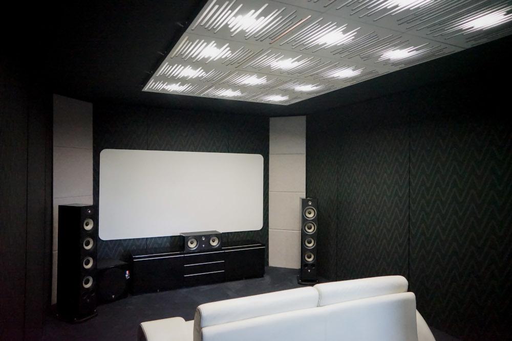 Panneaux acoustiques Vicpattern blancs au plafond de la salle de cinéma